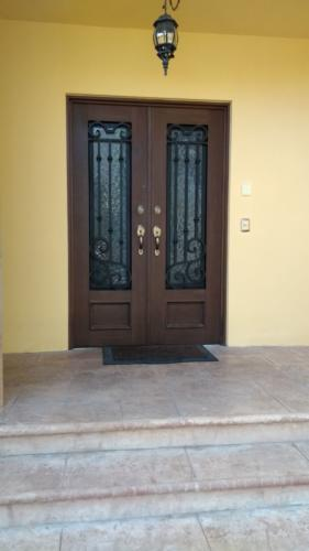 puertas de hierro forjado y cristal templado en monterrey